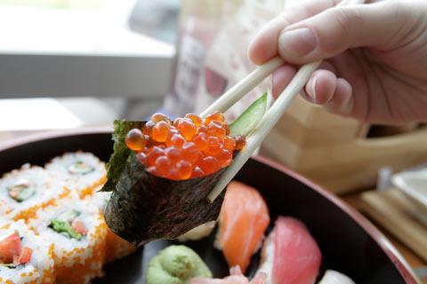må man spise sushi når man ammer
